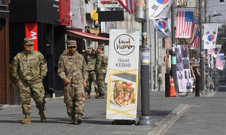 Các binh sĩ Mỹ tại khu mua sắm bên ngoài căn cứ Humphreys ở Pyeongtaek, Hàn Quốc tháng 2/2019 - G-Saram