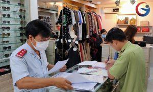 Đoàn kiểm tra lập biên bản vi phạm tại một địa điểm kinh doanh trên đường Sư Vạn Hạnh, quận 10, TP HCM sáng ngày 22/5