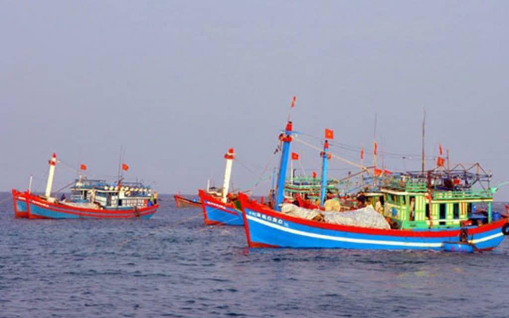 Tàu đánh cá của ngư dân Việt Nam đánh bắt hải sản trên biển     -     G-Saram