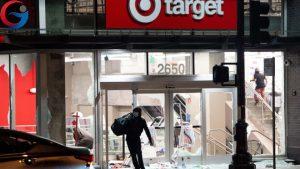 Một số chuỗi của hàng bán lẻ bị người dân biểu tình xông vào cướp bóc ngang nhiên